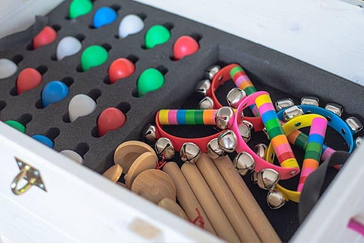 Offene Kiste mit Instrumenten